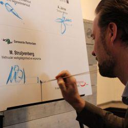 Jongerenakkoord - Wethouder Struijvenberg ondertekent het Jongerenakkoord - met penseel!